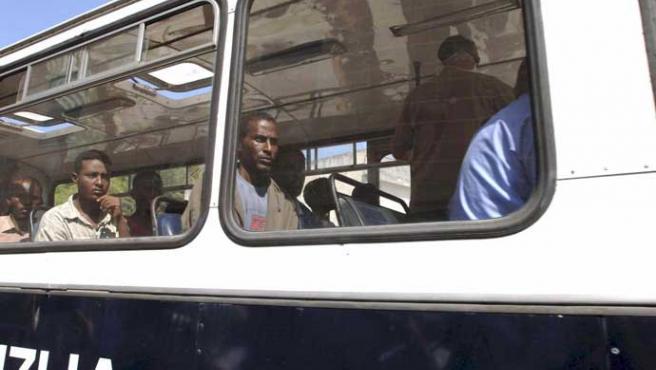 Algunos de los inmigrantes que fueron rescatados el año pasado por un pesquero español junto a Malta (Karl Azzopardi / EFE)
