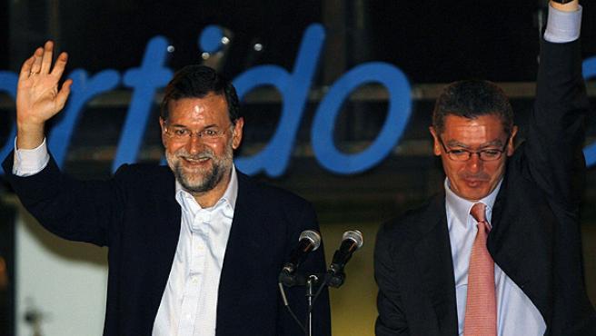 El alcalde de Madrid celebra su triunfo en la sede del PP en Génova junto a Mariano Rajoy (REUTERS/ ANDREA COMAS)