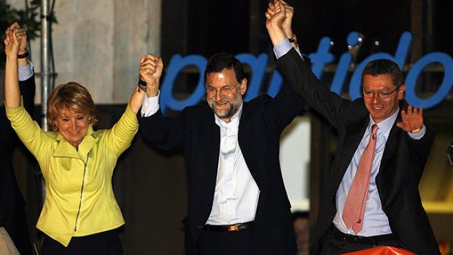 Aguirre y Gallardón con Mariano Rajoy en el balcón de la sede de Génova donde celebraron su triunfo electoral (REUTERS/ ANDREA COMAS)