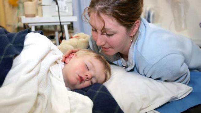Dakota Vincent, de dos años, junto a su madre en el hospital de Busselton, Australia (REUTERS/Barry Baker)