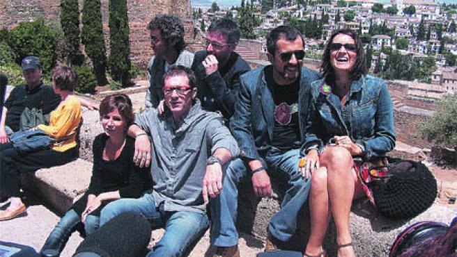 Buenafuente posa junto a parte de su equipo en la Alhambra, con el Albaicín de fondo.