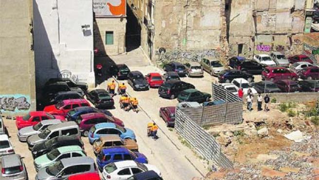 Los coches invaden el descampado de la calle Botellas.