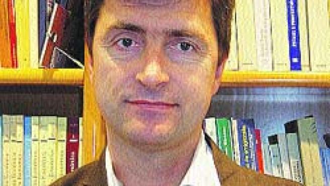 Tiene 47 años y es catedrático de Historia Económica.