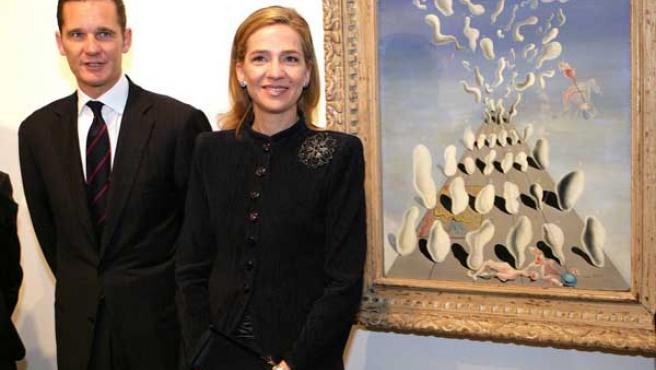 Los duques de Palma, junto a una obra de Dalí. (Foto: EFE)