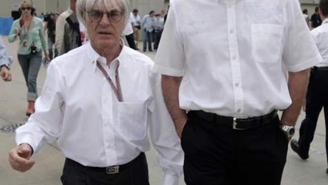 Ron Dennis, el más alto, con Bernie Ecclestone en Indianápolis, en una imagen de archivo (Archivo).