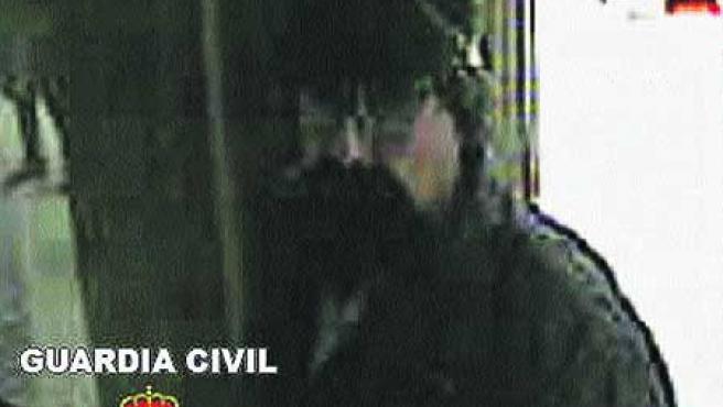 Imágenes del atracador conocido como «El Solitario». (EFE).