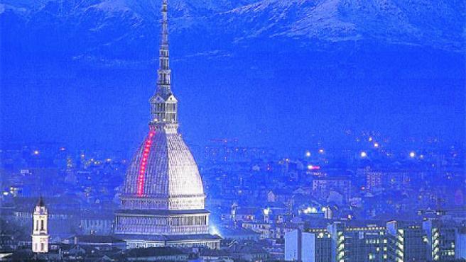 Mires a donde mires en Turín, la cúpula de la Mole Antonelliana preside el paisaje de la ciudad. (Archivo)