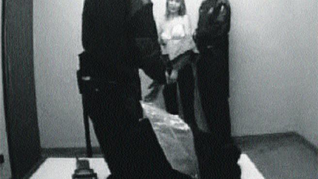 Imatges d'una càmera oculta en què una mosso agredeix a una jove emmanillada a Les Corts (EFE TV).