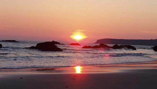 Puesta de sol en la playa de Bascuas, en Sanxenxo (Pontevedra). (Javier Álvarez)