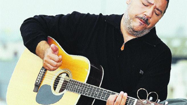 Este valenciano de 46 años arrastra ya dos décadas de música a sus espaldas siendo la voz y el alma de Revólver.