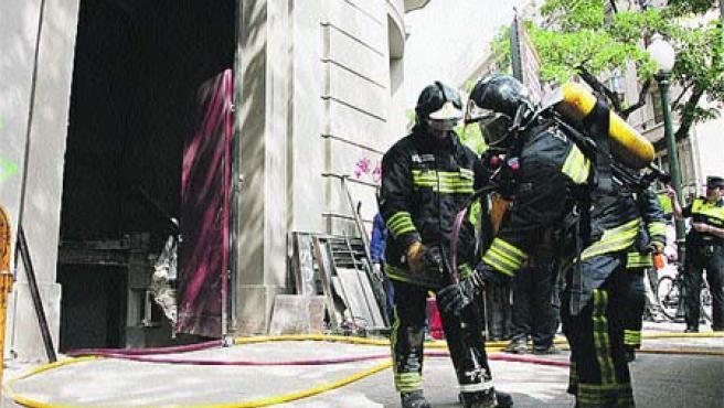Los Bomberos se afanaron ayer en sofocar un incendio. (F. S.)