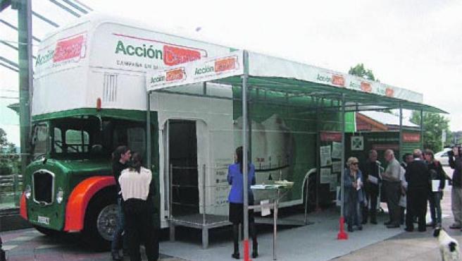 Un grupo de gente espera su turno para acceder a la consulta del DentalBus, ayer, en la plaza de la Estación de Algorta, en Getxo.(G. A.)
