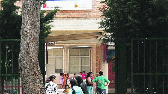Padres y alumnos magrebíes en la puerta del colegio Los Rosales. (L. Roda)