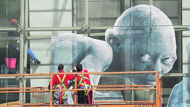La figura de Gollum ya domina desde ayer la cristalera de la Fundación Caixa Galicia.(M. Fuentes)