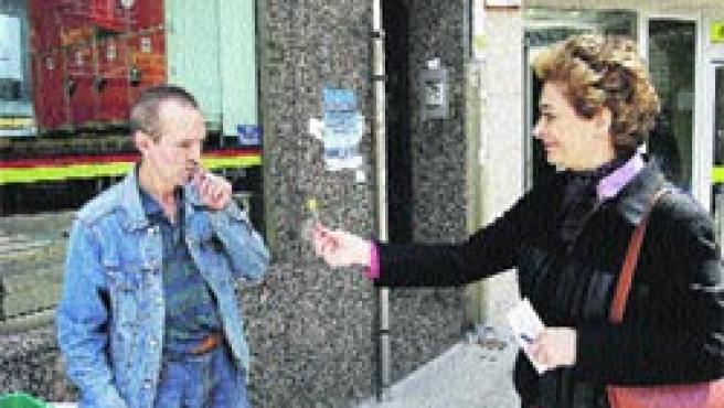 La Asociación Española Contra el Cáncer celebraron ayer el Día Mundial sin Tabaco, cambiando cigarrillos por chupa-chups.(M. Fuentes)