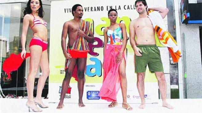 Los comercios de la calle Mantería volvieron a sacar su moda a la calle en un desfile.