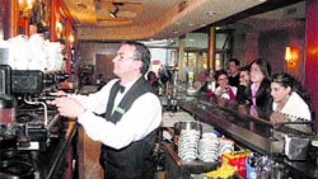 Uno de los camareros del Fortuna 25 pone a 20 minutos uno de sus últimos cafés.(Fernando Blanco)