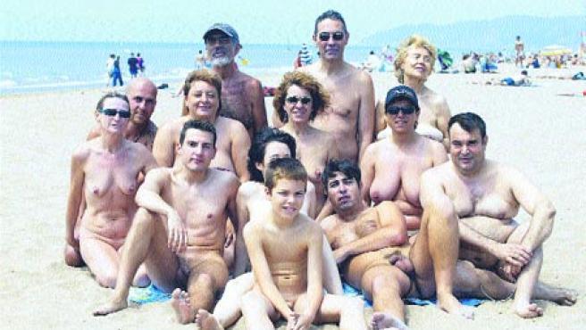 El Club Catalán de Naturismo inauguró ayer una nueva playa para practicar nudismo.(Hugo Fernández)
