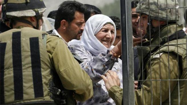Una mujer palestina trata de pasar un puesto de control israelí en Haware, cerca de la Nablus (Foto: Reuters)