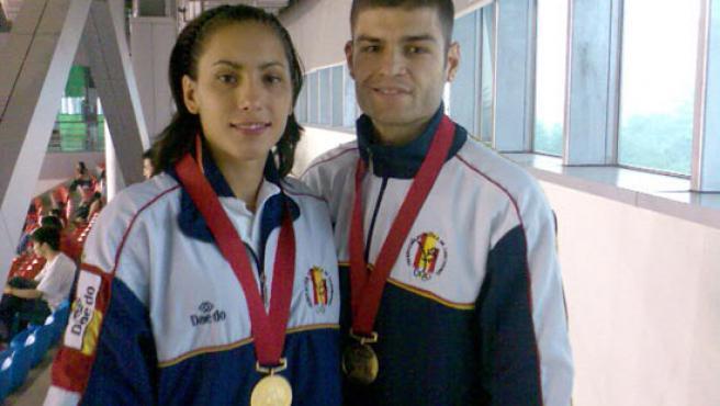 Briggite Yagüe y Juan Antonio Ramos, con los oros conseguidos en Pekín, en los Mundiales de Taekwondo.