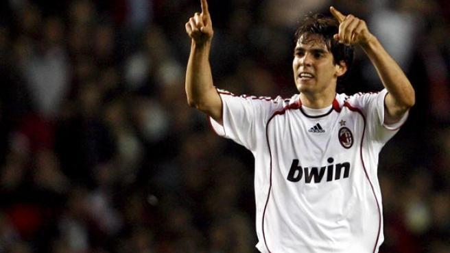 """El centrocampista brasileño del AC Milan Ricardo Leite """"Kaka"""" celebra un gol en una foto de archivo."""