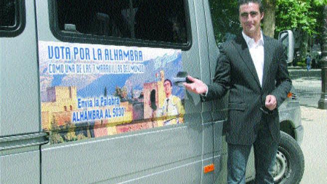 Lleva adosada en su furgoneta para promocionar el voto por la Alhambra (Torres)