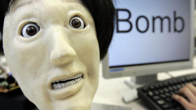 Kansei expresa miedo cuando escucha la palabra 'bomba'.