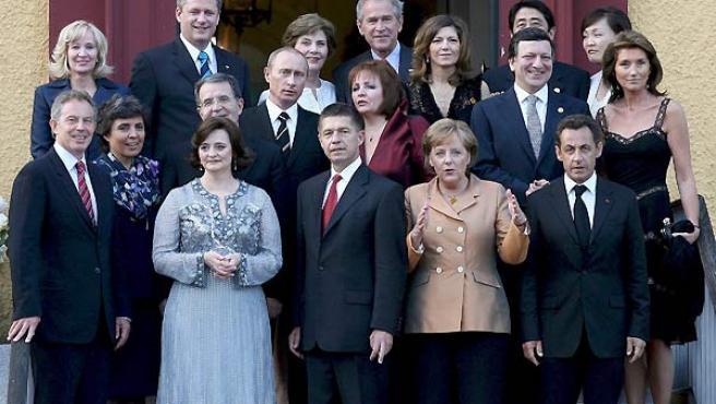 Los líderes de los países del G8 posan para la foto de familia a su llegada a la cena de bienvenida. (EFE).