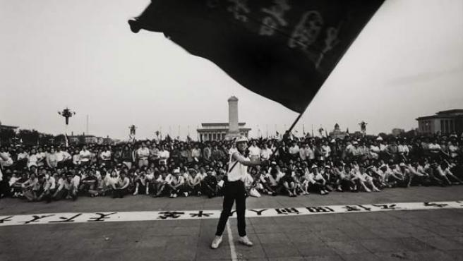 Un estudiante ondea una bandera durante la protesta en la plaza de Tiananmen, en mayo de 1989. (WIKIPEDIA)