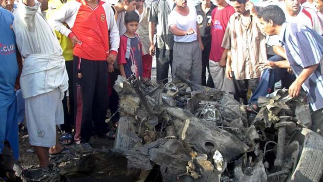 Los atentados sacuden de nuevo Irak, con al menos una cuarentena de fallecidos. En la imagen, las consecuencias de un coche bomba en Basora.