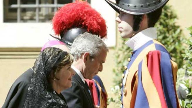 El presidente de los Estados Unidos, George W. Bush, y su esposa llegan al Vaticano para su reunión con el Papa Benedicto XVI.