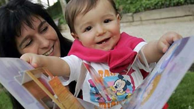 Para bebés de hasta dos años la lectura es una experiencia sensorial. (JORGE PARÍS).