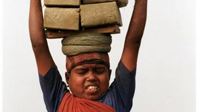Niño trabajando en Bangladesh (Save The Children )