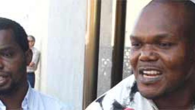 Los hermanos del ciudadano nigeriano fallecido. EFE/Morell