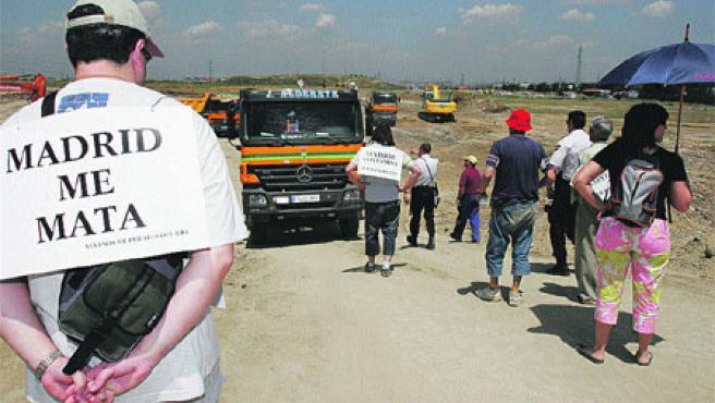Los manifestantes le cortan el camino a los camiones de obra. (Antonio Navia)