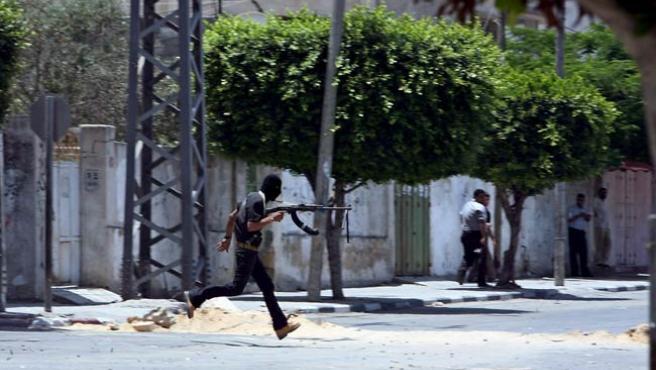 Un miembro del grupo Fatah corre para protegerse durante enfrentamientos contra militantes de Hamas en Gaza. (EFE)