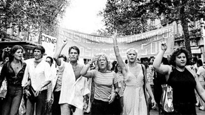 Primera manifestación de gays y lesbianas, celebrada el 26 de junio de 1977 en las Ramblas de Barcelona (Colita).