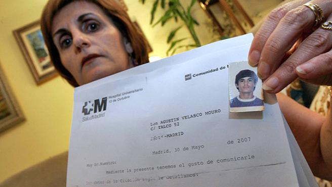 Antonia Velasco, ayer, con una foto de su hermano fallecido. (JORGE PARÍS)