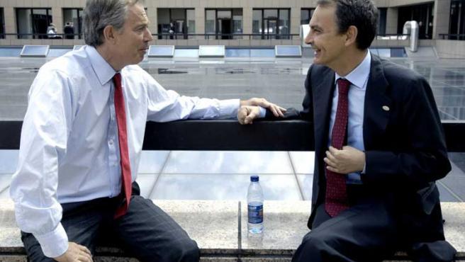 El 'premier' británico conversa con el presidente del Gobierno en un descanso de la cumbre de Bruselas.