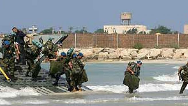 Parte de los casi 600 soldados del contingente español desembarcan en las playas de Tiro. (Reuters)