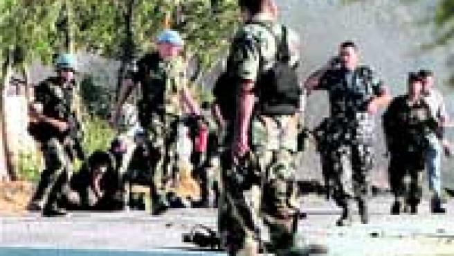 Militares españoles de las fuerzas de paz de la ONU atienden a las víctimas del ataque. (Rabih Daher/efe).