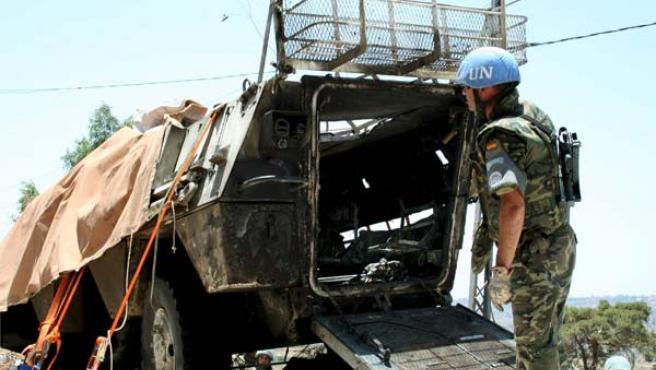 Un soldado inspecciona el vehículo blindado donde viajaban los seis soldados españoles fallecidos en el Líbano (Foto: Efe)