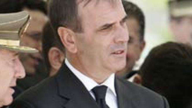 El ministro de Defensa, José Antonio Alonso (c), el jefe del Estado Mayor de la Defensa (JEMAD), general Félix Sánz Roldán (i), durante el funeral de Estado por los seis militares. (EFE)