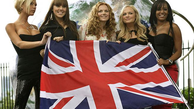 """Las """"Spice Girls"""", reunidas, posan ante los fotógrafos en el Real Observatorio Greenwich de Londres."""