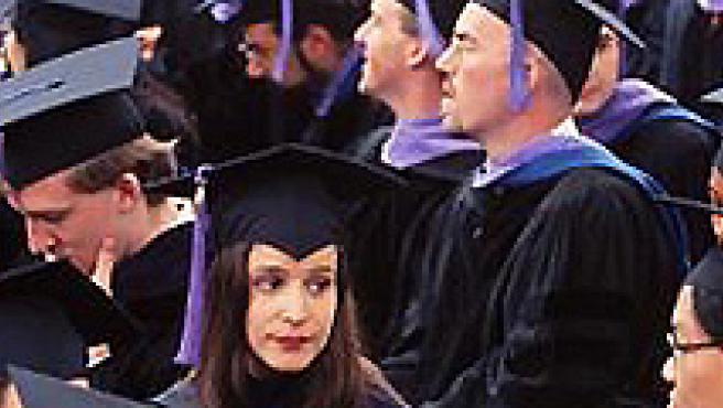 Un grupo de licenciados durante su graduación. (Fuente: Wikipedia)