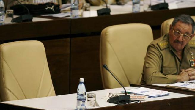 Raul Castro mira la silla vacía de su hermano Fidel durante la sesión de la Asamblea Nacional (REUTERS/Enrique De La Osa)