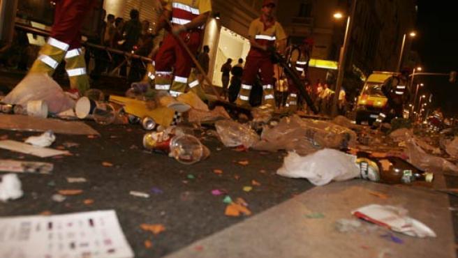 """Operarios recogen la basura después del """"Europride 2007""""."""