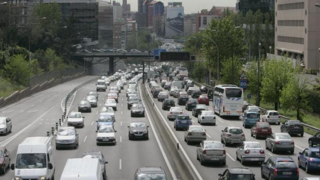 Coches circulando por una autopista de Madrid.