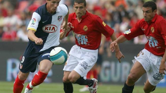 Fernando Torres se lleva el balón ante Chabaud y Matellán, del Nástic. Archivo.