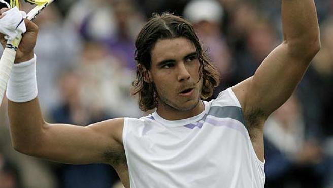 Rafa Nadal saluda al público en Wimbledon. (Reuters)